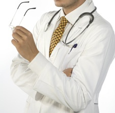 giovane dottore con in mano degli occhiali